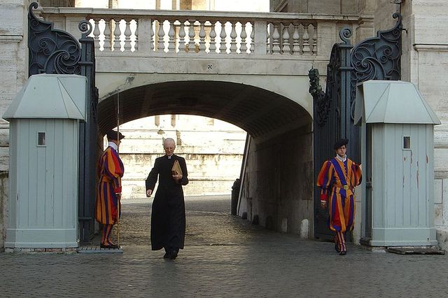 Vatican, prêlat et gardes suisses.