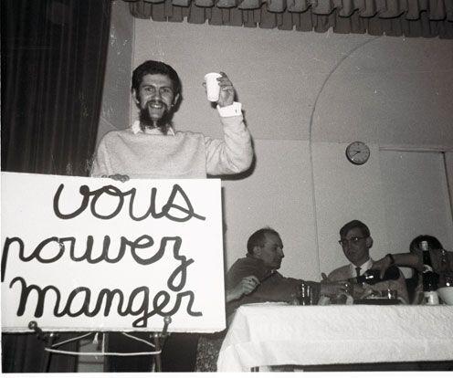 Ben, 1966, et à la table derrière lui,  Arman et Marcel Alocco)
