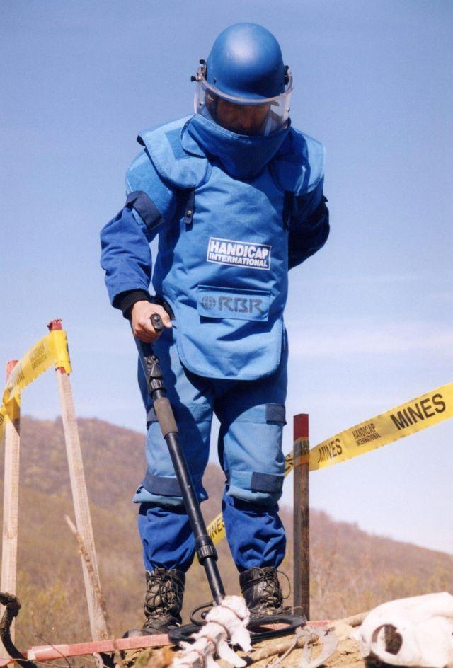Un démineur en action au Kosovo