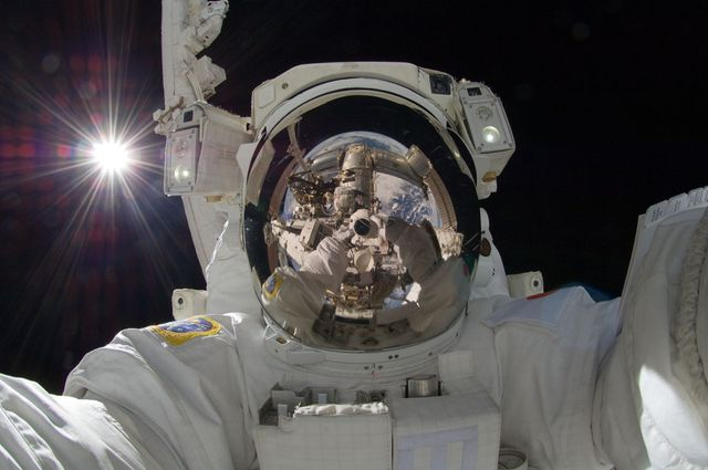 Autoportrait d'un astronaute en orbite