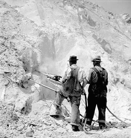 Ouvriers travaillant dans la mine d'amiante à ciel ouvert de la société Bell Company à Thetford-Mines (Canada) en 1944