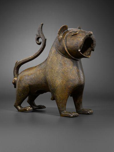 Lion de Monzón Espagne, XIIe-XIIIe siècle Bronze moulé, décor gravé H. 31,5 cm ; L. 54,5 cm