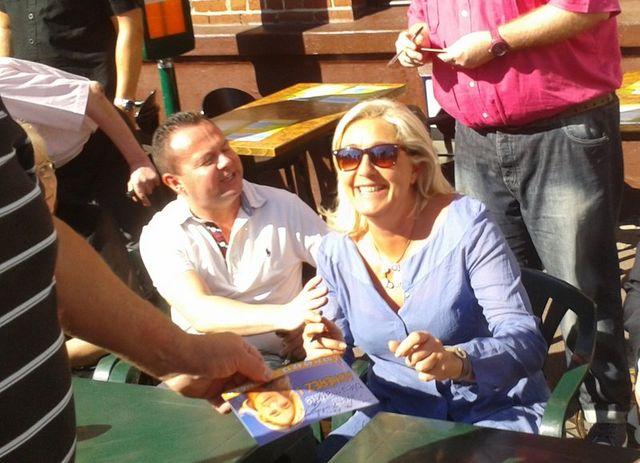 Marine Le Pen a signé des autographes pendant sa visite de la braderie d'Hénin-Beaumont