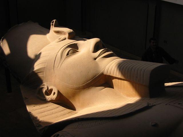Tête de la statue colossale de Ramsès II à Memphis