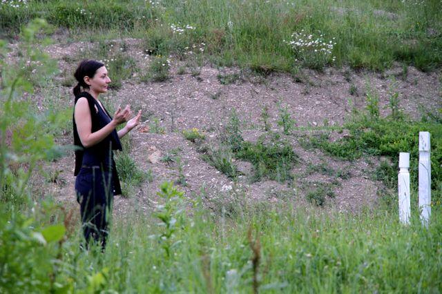 Amra prie devant la tombe de son grand-père
