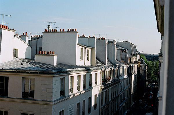 Paris, valise à roulettes