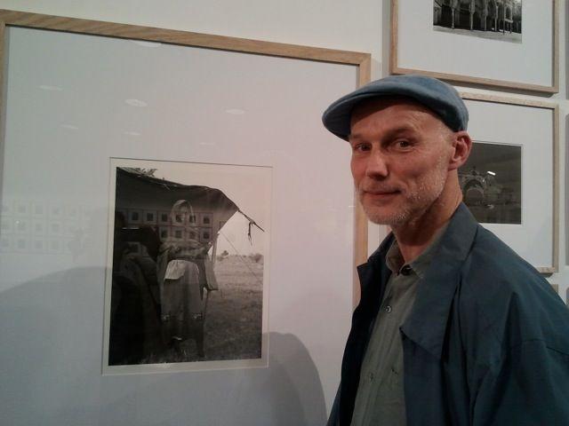 Claude Iverné devant sa photo