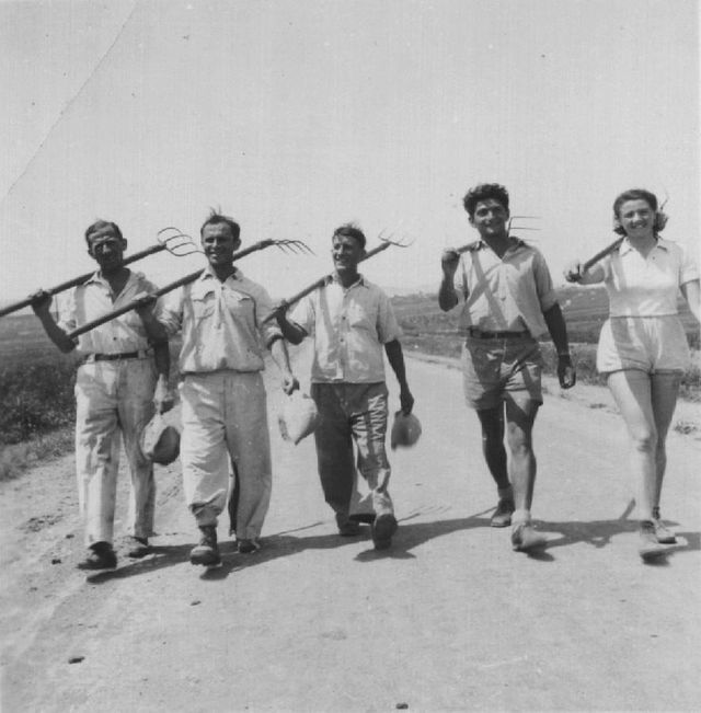 """Shmuel """"Samek"""" Yanai et des membres du kibboutz Neve Eitan en 1939"""