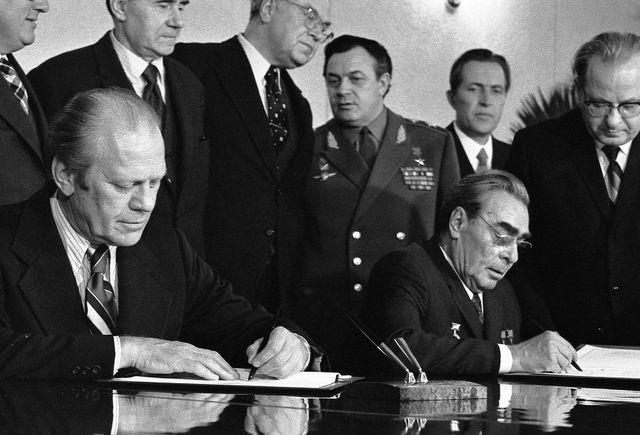 Gerald Ford et Léonid Brejnev signant un communiqué relatif à la limitation des armes nucléaires à Vladivostok le 24/11/1974