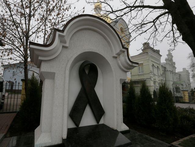 A Kiev, le symbole du sida est affiché à l'entrée du grand monastère de Lavra