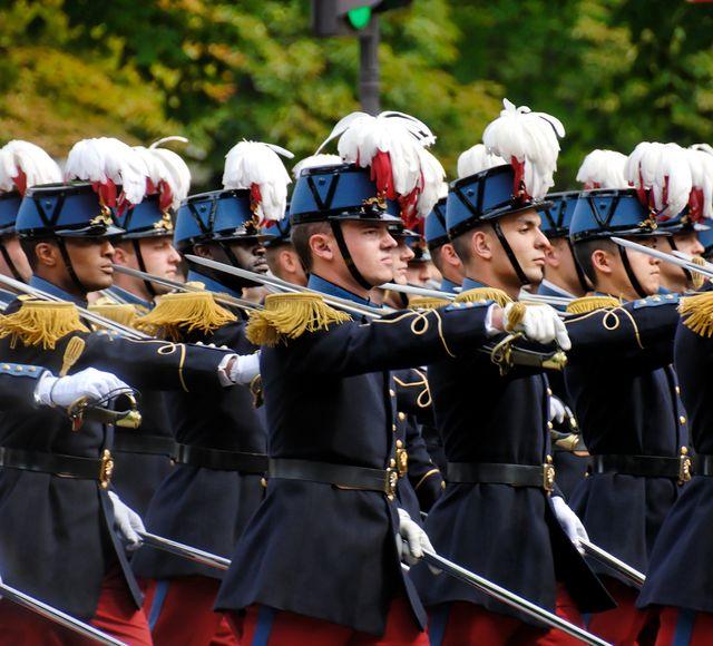 Sous-lieutenants de l'École spéciale militaire de Saint-Cyr pendant le défilé du 14 juillet 2007 sur les Champs-Élysées