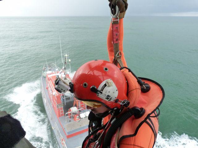 Régulièrement, l'équipage de l'hélicoptère s'entraîne avec les autres acteurs du sauvetage : bénévoles de la SNSM, etc.