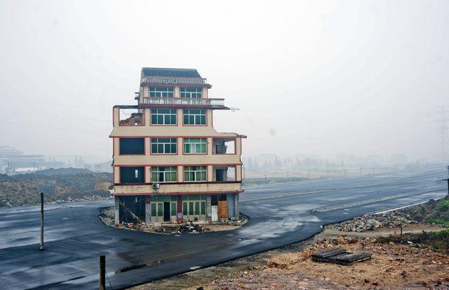 Chine, une maison au milieu de l'autoroute