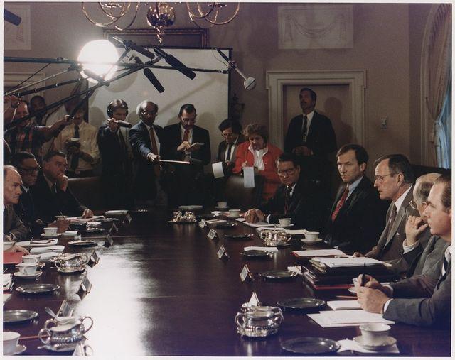 Le président Bush participant à une réunion du Conseil National de Sécurité sur l'invasion du Koweit par l'Irak, le 2 août 1990