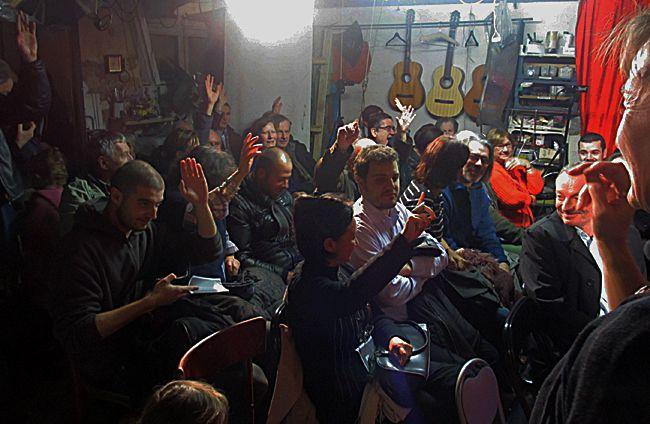 Ouverture du Festival du Nouveau mot à l'atelier Baschet, à Paris. Le vote des participants