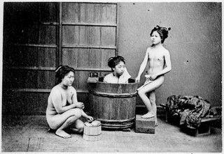 Jeunes filles asiatiques au bain