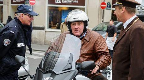 Gérard Depardieu sur son scooter dans Paris