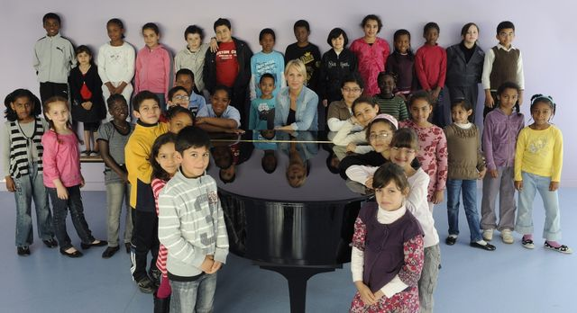 Sofi Jeannin, directrice musicale de la Maîtrise de Radio France, avec les maîtrisiens de Bondy.