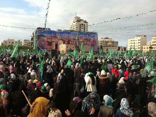 Des milliers de palestiniens massés place de la Katiba à Gaza.