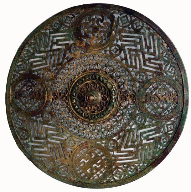 Disque de harnais décoré de swastikas (Bourcq Ardennes) Ve-IV siècle avant notre ère