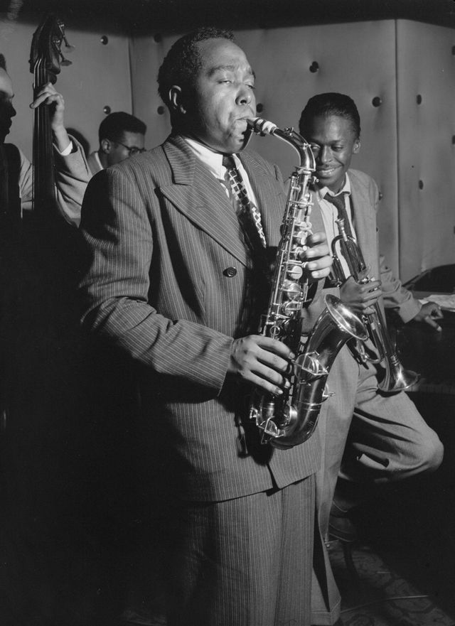 "Charlie Parker, Tommy Potter, Miles Davis, Dizzy Gillespie and Max Roach au ""Three Deuces"" à New York en août 1947"
