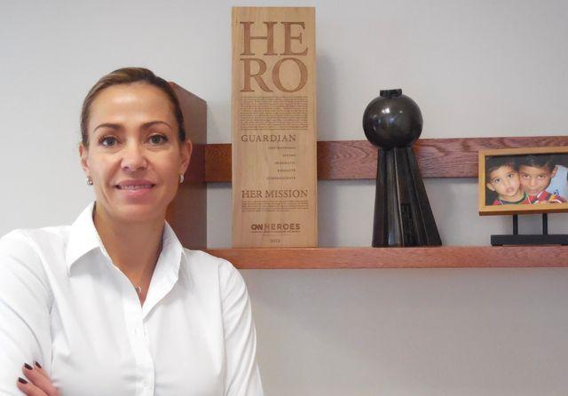 Catalina Escobar, dans son bureau à Bogotá, à côté du prix CNN