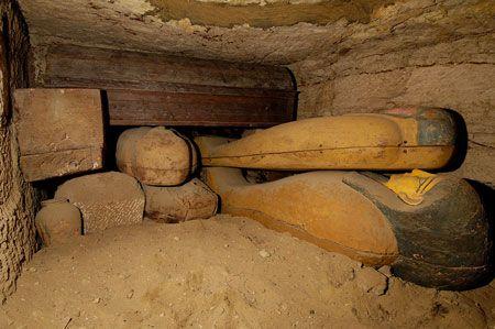 Entassement de sarcophages dans la tombe n°1. © Photos Christian Décamps / Mission archéologique du Louvre à Saqqara