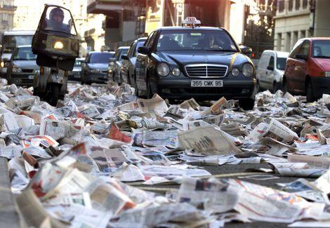 Exemplaires du quotidien gratuit Metro répandus sur la route par le syndicat du Livre en 2002