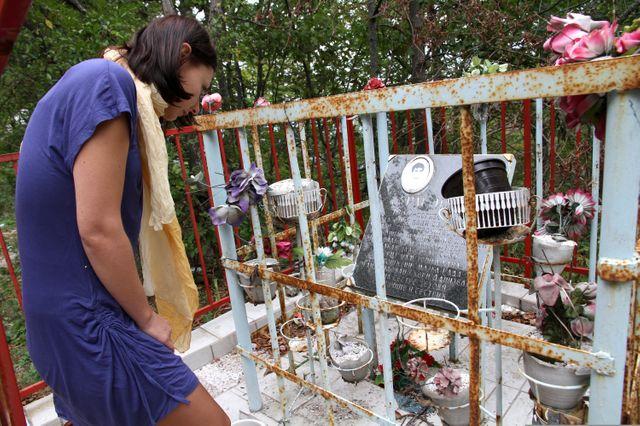 Amra devant un des mémoriaux sur la route entre Sarajevo et Srebrenica