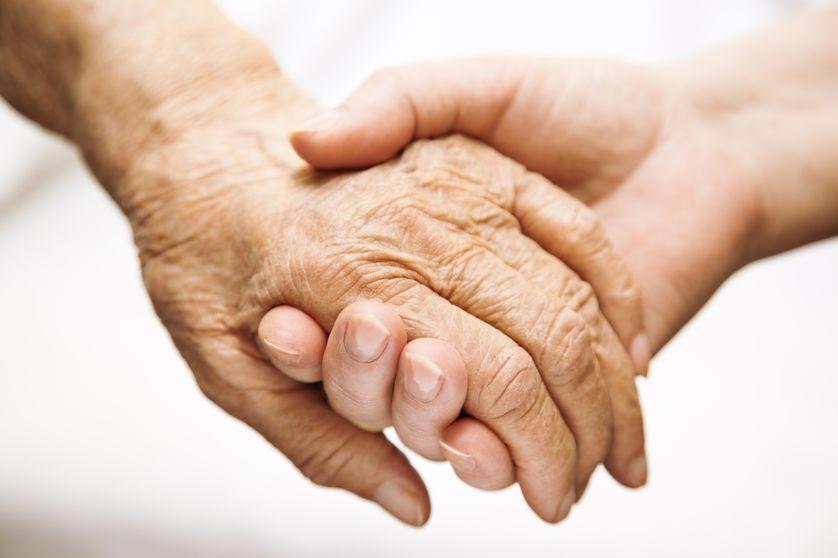 Personne âgée aidée dans un hôpital