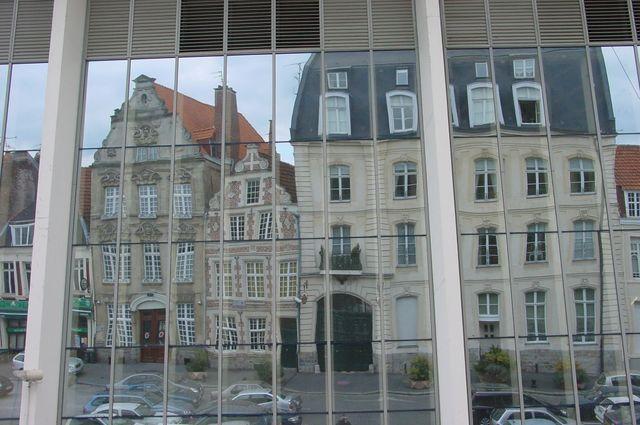 Reflet de façades anciennes sur le marché couvert à Cambrai