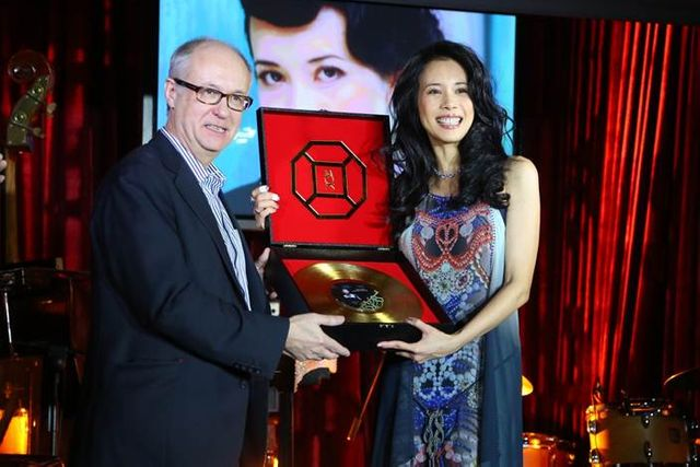 Karen Mok et Max Hole, PDG d'Universal international