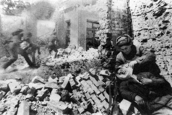 Un soldat soviétique soigne un de ses compagnons blessé.