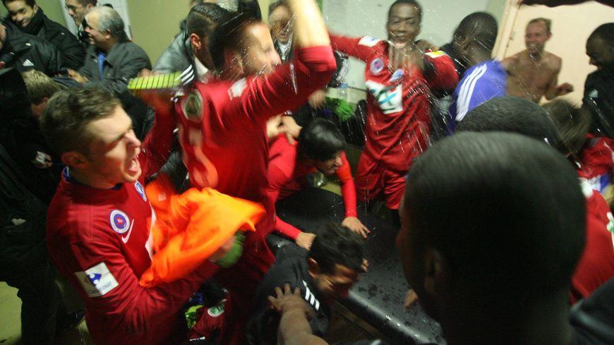 La liesse dans les vestiaires de l'AC Amiens après la victoire sur le racing 92 Colombes au stade Jean Bouin pour le 8e tour