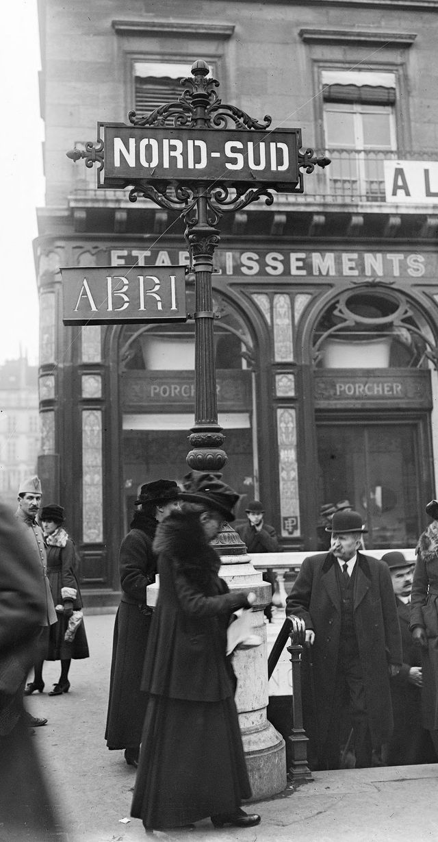 Mât d'entrée de station de la compagnie du chemin de fer électrique souterrain Nord-Sud en 1918