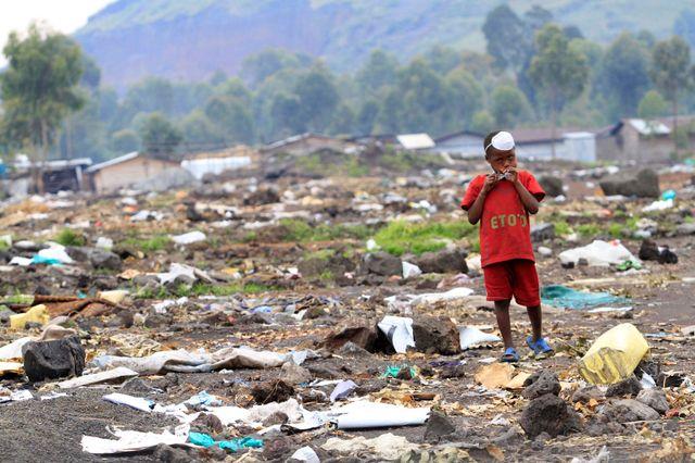 Enfant marchant dans un camp à Nyaruchinga (novembre 2012)