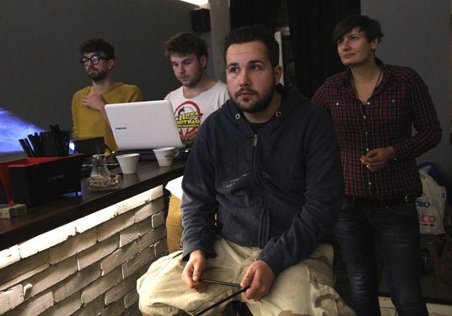 Ewa et les graphistes qui l'aident à déssiner le logo de son bar