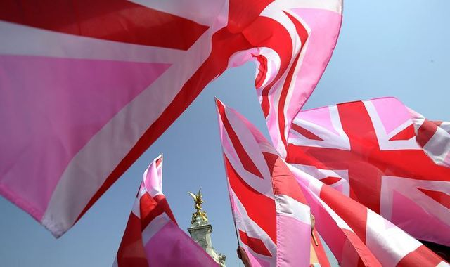 Devant Buckingham Palace, l'Union Jack aux couleurs des manifestants pro mariage-gay