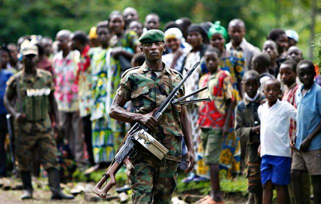 Soldat rebelle dans un village