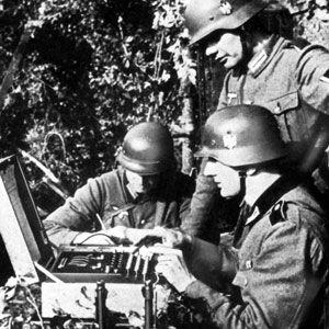 Soldats allemands utilisant la machine Enigma