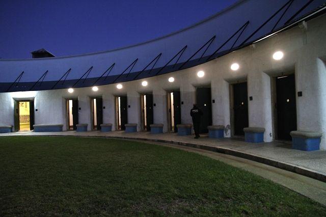 Les chambres des patients étaient disposées autour d'une cour centrale où se trouvait le surveillant
