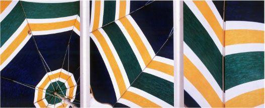 Raymond Hains, Tryptique des parasols, 2003, photographie