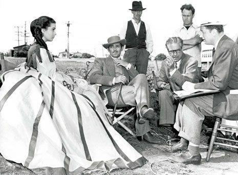 Vivien Leigh, Clark Gable et Victor Fleming (celui qui porte des lunettes) sur le tournage du film Autant en Emporte le Vent