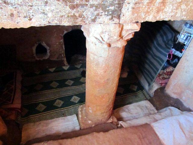 Des familles ont fuit les bombardements et sont allés vivre dans des grottes, sur un site de ruines romaines