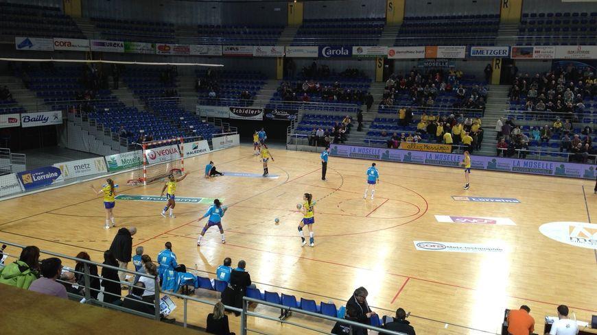 Les joueuses du Metz Handball à l'échauffement, le 5 mars 2013.
