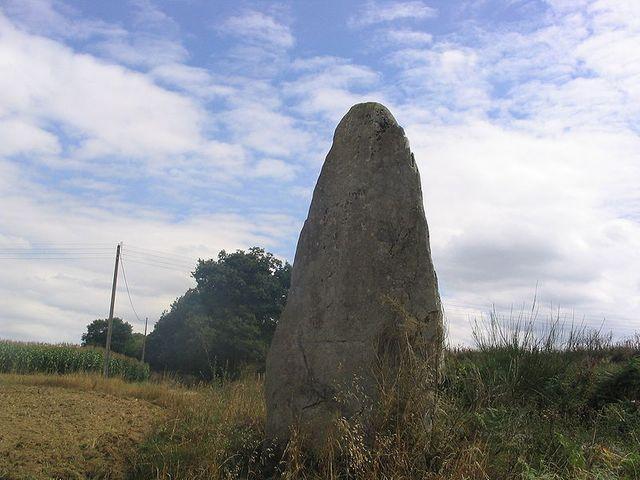 Menhir du village de camblot à Ménéac (Morbihan)