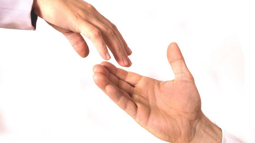 mains entraide solidarité