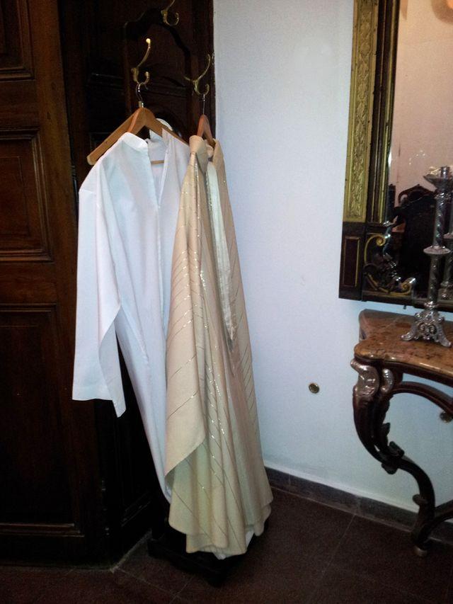 Il y a quelques jours encore, les habits liturgiques de l'ancien archevêque Jorgé Bergoglio pendaient dans la sacristie de Bueno