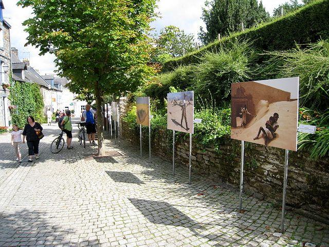 Rue Saint Vincent, La Gacilly, où se déroule une exposition photo en plein air dans le cadre du Festival photo organisé chaque a