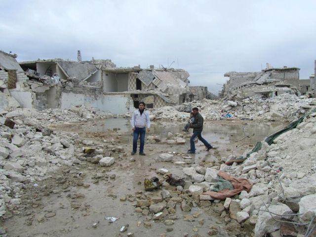 Les habitants d'Alep découvrent, incrédules, les dégâts causés par un missile Scud
